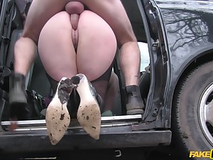 Steaming-hot blonde journalist gets fucked in the taxi