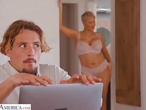 Varlet gets obstructed watching his stepmom's nudes on her computer